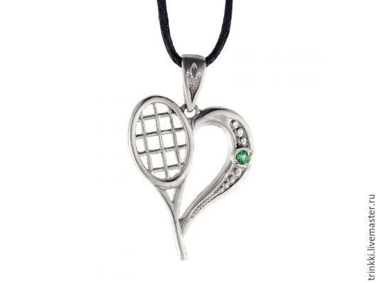 Если вы действительно любите теннис, то этот кулон для вас!   Ракетка заменяет половинку `сердца` в этом кулоне, а зеленый камень символизирует теннисный мяч. В ушко подвески пролезет даже довольно