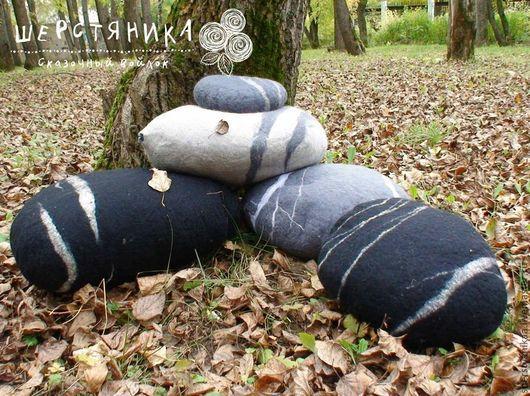 Подушки из войлока, могут быть выполнены в любом цвете: серый, черный, белый, темно-серый, а так же в любом, необходимом для вашего интерьера, можно добавить вкрапления декоративных волокон и усилить