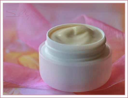 Увлажняющий крем для комбинированной кожи.\r\nПосле применения косметики с гиалуроновой кислотой кожа выглядит более мягкой, гладкой и нежной.