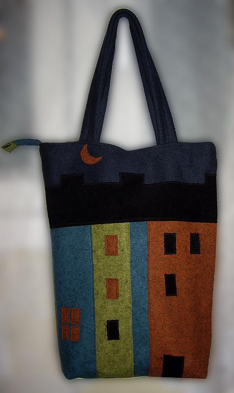 """Сумка """"Город"""" с аппликацией из плотной пальтовой ткани. С обратной стороны  кармашек на молнии. Внутри подкладка и тоже карман."""