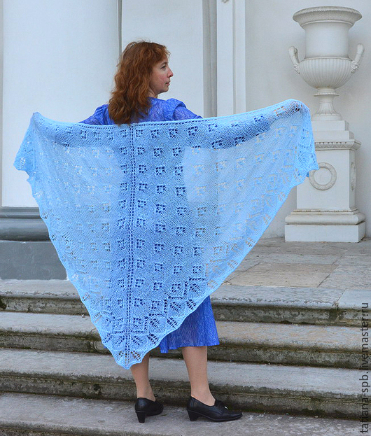 шаль ручной работы, вязаная голубая шаль, шаль спицами, шаль в подарок, шаль теплая ажурная, классическая вязаная шаль, шаль уютная большая, подарок женщине, шаль купить,