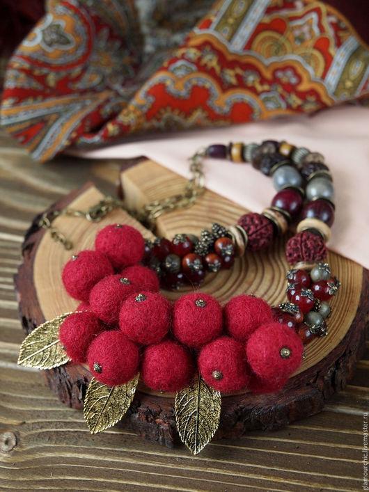 Объемное колье войлочных бусинок,напоминающих сочные ягодки брусники, в сочетании натурального дерева,экзотических семян Бури,рудракши, роблеса, кокосовых дисков и др.