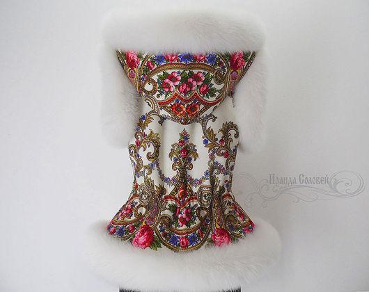 Авторский жилет с капюшоном Милый друг-5 из павловопосадских платков с натуральным мехом белого песца шедоу