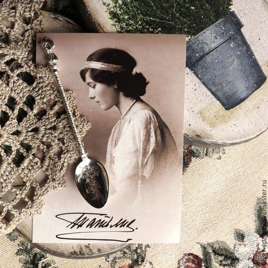 Гладкое черпало серебряной кофейной ложки `Ангелок`  украшено гравировкой буквы `Т`.  Ложка с гравировкой (вензель, монограмма, дарственная надпись, памятная дата) - хороший подарок на Крестины, День рождения, Юбилей.