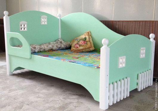 Детская кровать с декоративными элементами: заборчик и окошки. Разница в цвете, фактуре, материалах возможна, благодаря ручной работе. Матрас в стоимость кровати не входит.