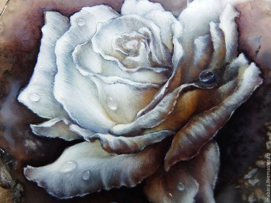 Еще одна Роза на крупном, шикарном агате...  Выполнена на заказ. В подвесе агат, лабрадорит, ларвикит, лунный камень, черная шпинель, фурнитура под серебро и посеребренная бронза Анны Черных.