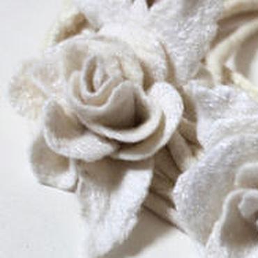 """Аксессуары ручной работы. Ярмарка Мастеров - ручная работа Авторское войлочное колье """"Белые розы"""". Handmade."""