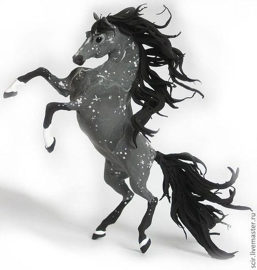 """Статуэтки ручной работы. Ярмарка Мастеров - ручная работа. Купить фигурка """"Серая лошадь в яблоках"""" (на дыбы, поза: свечка). Handmade."""