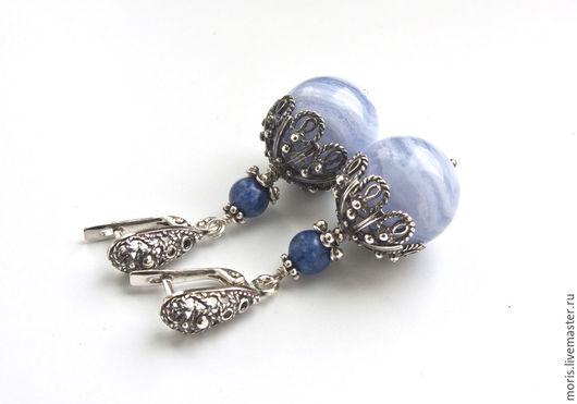 Серьги из серебра и сапфирина голубого агата. Серьги из серебра с голубым агатом. Серебряные серьги с голубыми камнями. Серьги из серебра с натуральными агатами голубого цвета.