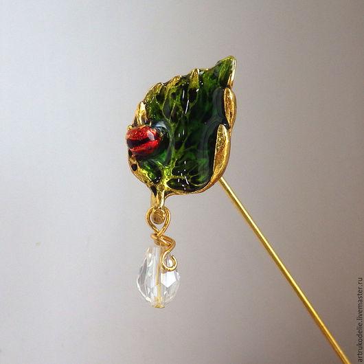 Брошь-игла Капелька росы. Брошь из фурнитуры золотого цвета с эмалью в виде листочка с божьей коровкой и стеклянной бусины капельки. Купить брошь-иглу для пальто.Купить брошь божья коровка
