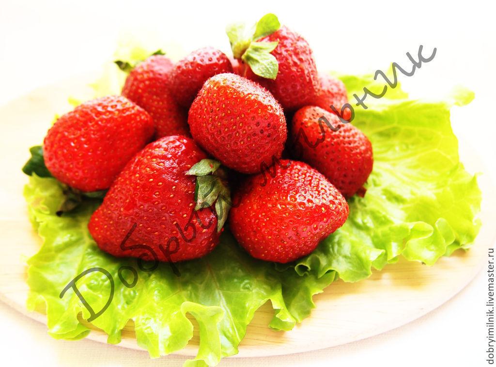 Купить масло клубники нерафинированное - ярко-красный, масло семян клубникик, натуральная косметика.