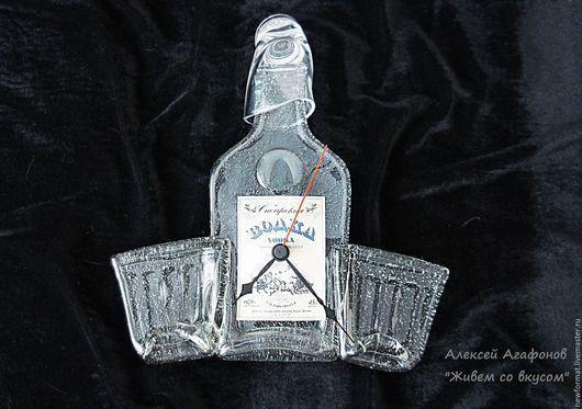 """Часы для дома ручной работы. Ярмарка Мастеров - ручная работа. Купить Настенные часы из """"расплющенной"""" стеклянной бутылки """"На троих"""". Handmade."""