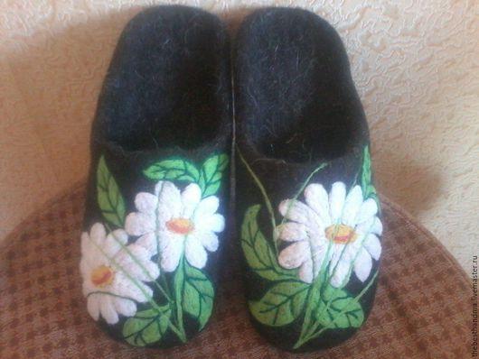 """Обувь ручной работы. Ярмарка Мастеров - ручная работа. Купить Тапочки валяные """" Ромашки"""". Handmade. Черный, тапочки домашние"""