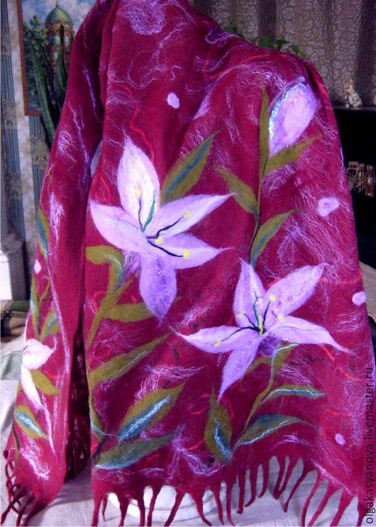 """Шали, палантины ручной работы. Ярмарка Мастеров - ручная работа. Купить валяный палантин """"Розовые лилии"""". Handmade. Бордовый"""