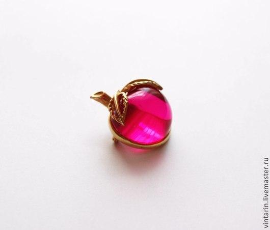 Винтажная брошь яблочко из пурпурного люцита 1966 года, марка `Sarah Coventry`. Это не просто бижутерия в винтажном стиле, но подлинная винтажная брошь почти 50-летнего возраста.