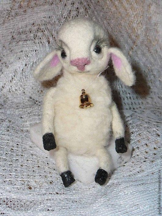 Игрушка-овечка `Долли` из шерсти мереноса 100% ручной работы. На проволочном каркасе. Ручки и ножки подвижные. Выполнена в технике `сухое валяние`. Размер 6х15 см.
