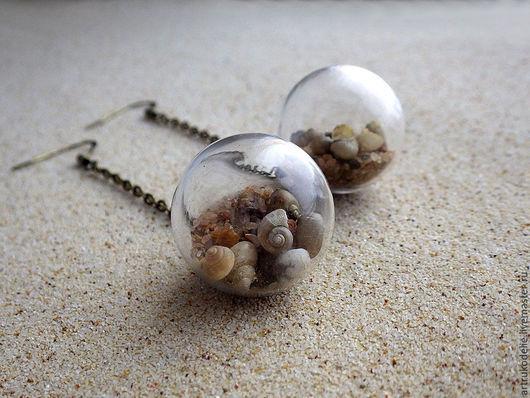 Легкие нежные серьги Теплый берег. Полая стеклянная сфера, шар заполненный песком и ракушками. Диаметр стеклянного шара 2 см. Купить серьги стеклянный шар с песком и ракушками