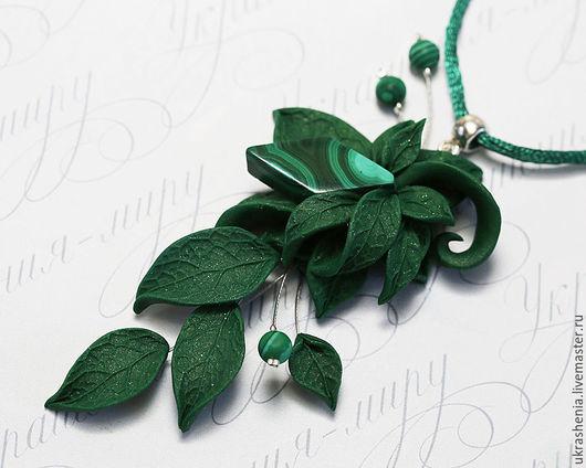 Длинный кулон подвеска с натуральным малахитом и зелеными листьями из полимерной глины. Цена 950р
