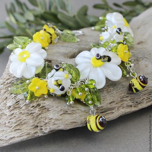 Браслет лэмпворк из коллекции пчелы Браслет выполнен из авторских стеклянных бусин ручной работы в технике лэмпворк ( lampwork)  Яркий летний браслет - пчелки собирают нектар на ромашках