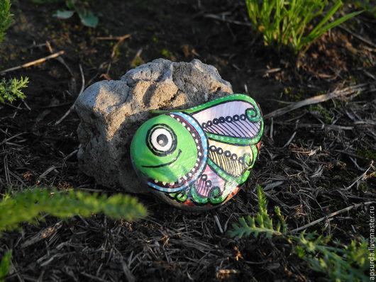 Роспись по камню ручной работы. Ярмарка Мастеров - ручная работа. Купить Подарок - расписной морской камешек Маленькая рыбка. Handmade.