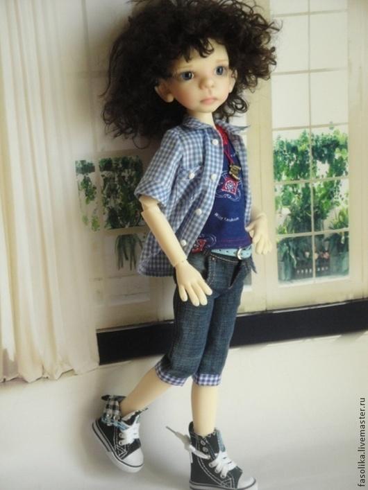 Комплект для куклы БЖД - мальчика. Модель - Морис от Кайе Виггз. Комплект состоит из : рубашки, майки-футболки, бриджей, ремня, панамки и подвески.