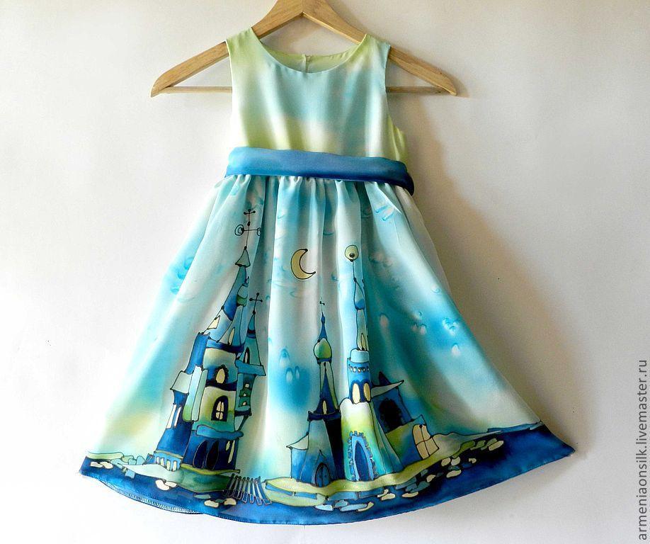 Девочки в шелковом платье