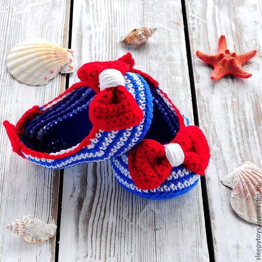 Полосатые пинетки в виде туфелек связаны крючком из мягкого детского хлопка с добавлением шелка. Они украшены крупным вязаным бантом, а так же имеют для удобства вязаный задник. Могу связать на заказ