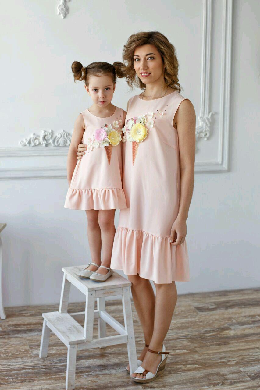 Мама и дочка в свадебных платьях