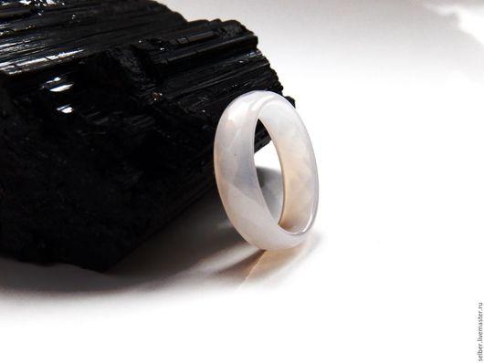 Кольца ручной работы. Ярмарка Мастеров - ручная работа. Купить Каменное кольцо из белого халцедона с огранкой Светлое. Handmade. Белый