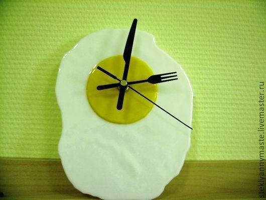 """Часы для дома ручной работы. Ярмарка Мастеров - ручная работа. Купить фьюзинг часы """"Яичко  на завтрак""""  стекло, прикол. Handmade."""
