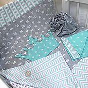Серо мятный комплект в детскую кроватку любых размеров.