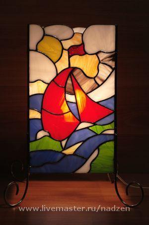 Светильник из цветного стекла Алый парус в технике тиффани