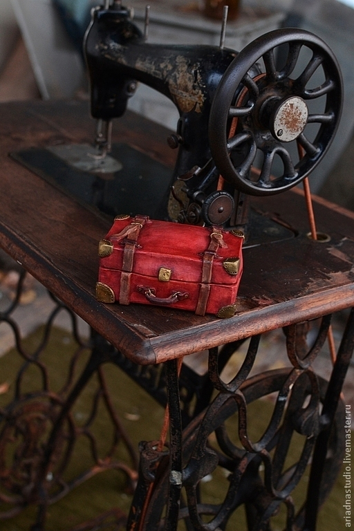 Керамическая шкатулка, стилизованная под старинный чемодан