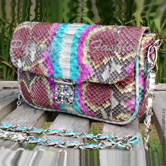 Вечерняя яркая сумочка из питона на длинной цепочке через плечо. Дизайнерская весенняя сумочка, стильный аксессуар из кожи питона, кросс-боди. Маленькая модная сумочка из кожи питона на весну лето.