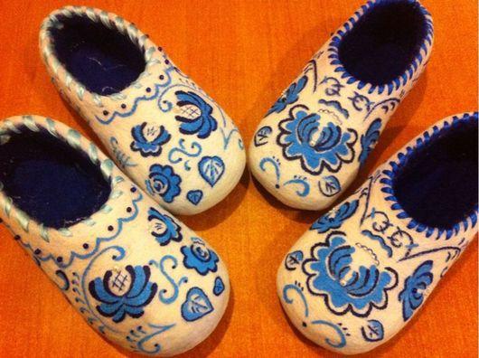 """Обувь ручной работы. Ярмарка Мастеров - ручная работа. Купить Тапочки валяные """"Гжель"""" женские. Handmade. Тапочки домашние"""