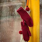 Аксессуары ручной работы. Ярмарка Мастеров - ручная работа Варежки вязаные бордовые красные с помпоном. Handmade.