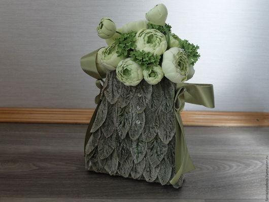 Свадебные цветы ручной работы. Ярмарка Мастеров - ручная работа. Купить Букет невесты - сумочка ранункулюс и калина в оливковых тонах. Handmade.