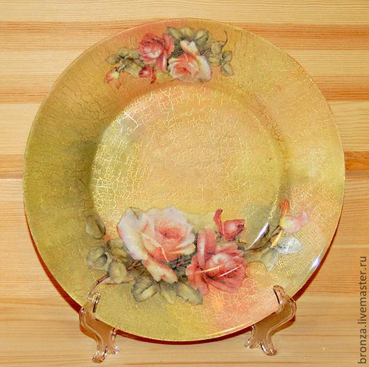 Первый вариант фотографии наиболее приближен по цветовой гамме к оригиналу.  В оригинале кракелюр четко просматривается по всей тарелке и переход цвета нежнее.