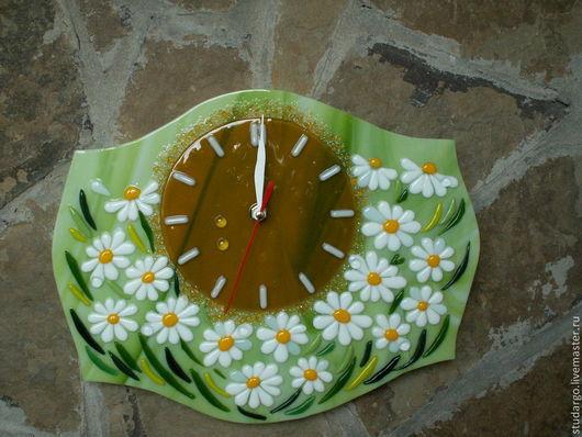"""Часы для дома ручной работы. Ярмарка Мастеров - ручная работа. Купить Часы настенные """"Полянка ромашек """"(фьюзинг). Handmade. Салатовый"""