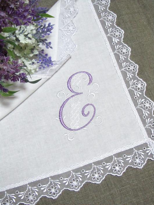 Носовой платочек  с вышивкой монограммы. Размер: 30 x 30 см.