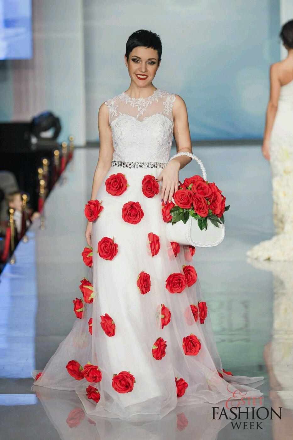 Декор свадебного платья красными розочками фото