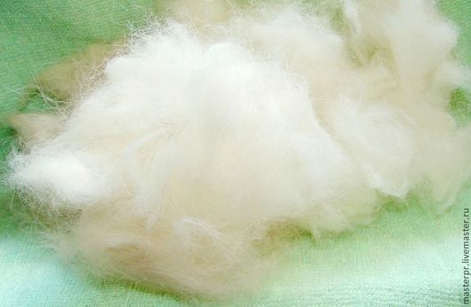 100% собачья шерсть в своем естественном виде . Полное сохранение всех целебных свойств шерсти . Пух – вычес подшерстка собаки . Отбор по цвету , мягкости-жесткости .