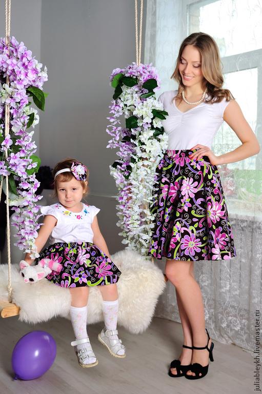 На девочке украшение повязка-цветок