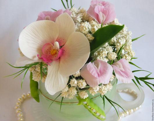 Цветочная композиция  `Неженка`  выполнена полностью  из полимерных глин в ручную. Состоит букет  из белоснежной  орхидеи,  нежно-розового душистого  горошка и  гипсофилы . Украшает  композицию необыч