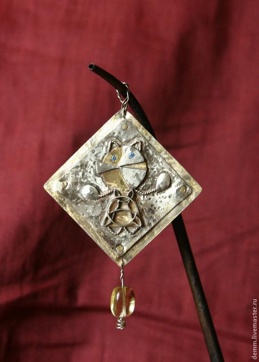 Ювелирное украшение. Подвеска. Кошка в кельтском платье. Глазки - камушки и стеклянная бусина. Размер 4х4