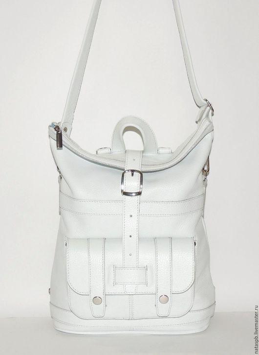 Аксессуар-трансформер, подходящий к любому стилю и превращающийся по Вашему желанию во вместительную сумку или функциональный городской рюкзак, несомненно, придется Вам по душе!