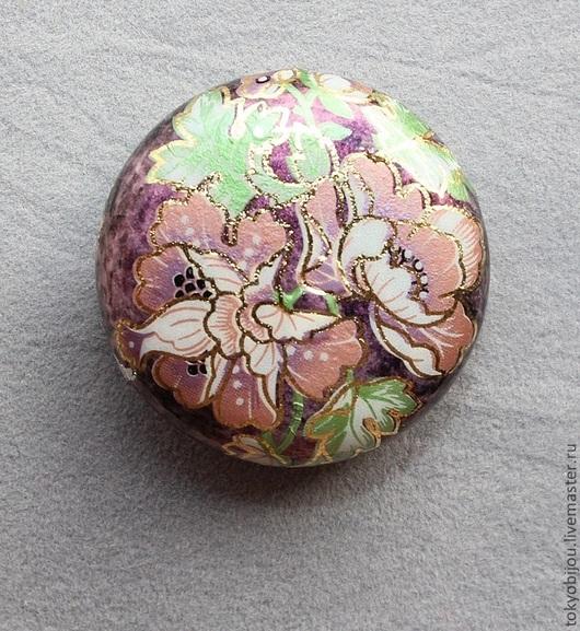 """Потрясающая бусина из Японии, сделанная в технике """"Тенша"""", декупаж цветка пиона, нежных листьев и бутонов. Цвет основы- благородный фиолетовый, цветы - розовые, темно-малиновые, листья,"""