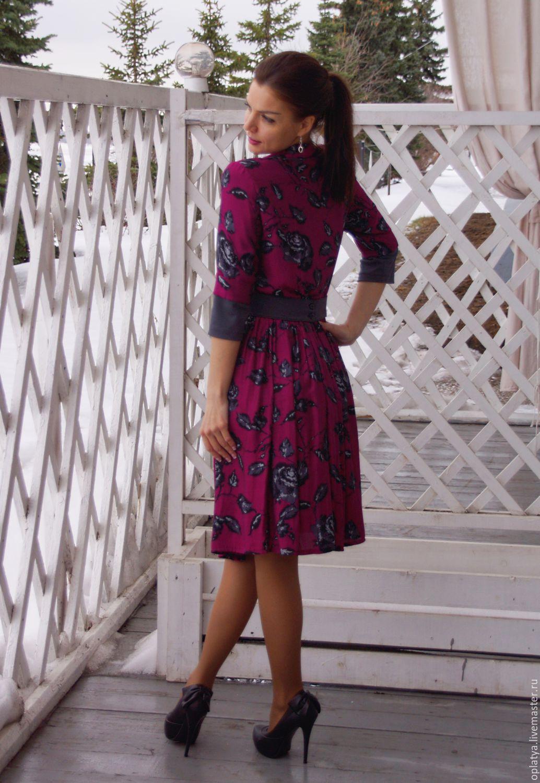 Яркое платье для офиса