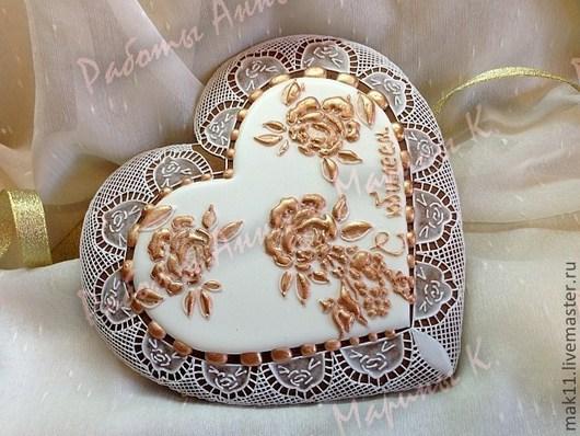Пряник имбирный в подарочной упаковке можно дарить на свадьбу, юбилей! Пряник декорирован кружевом и розами.