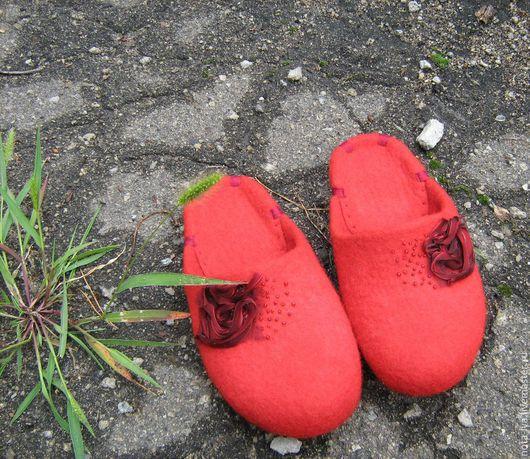 Обувь ручной работы. Ярмарка Мастеров - ручная работа. Купить Валяные женские тапочки. Красные.. Handmade. Ярко-красный